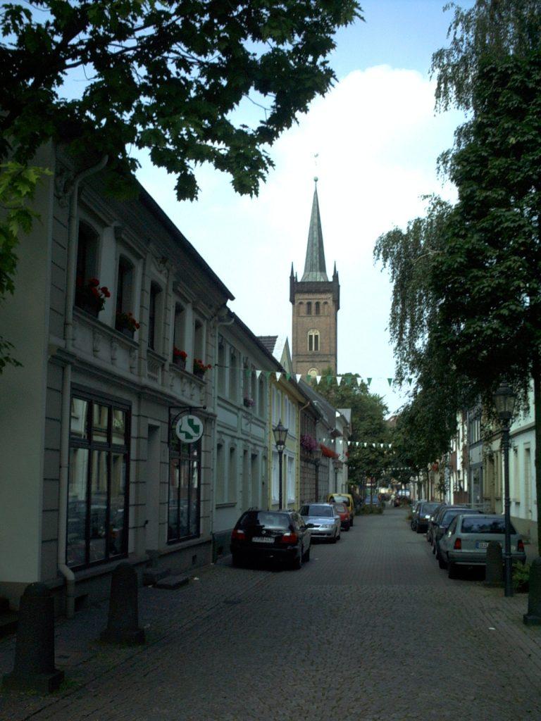 Fabrikstrasse mit St.-Maximilian-Kirche in Ruhrort
