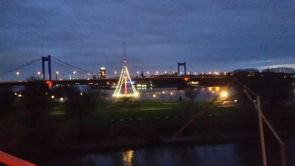 Fahnenmast Rheinbruecke beleuchtet Ruhrort